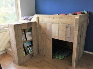 Woonkamer Kinderkamer: halfhoogslaper steigerhout