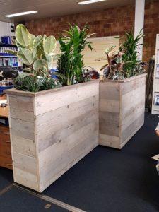 Tuinmeubels: Plantenbak steigerhout binnen